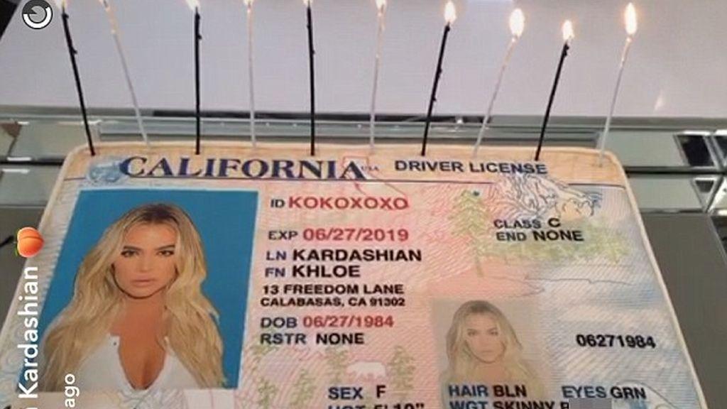 Tarta con forma de carnet de conducir sin el antiguo apellido de Khloé Kardashian