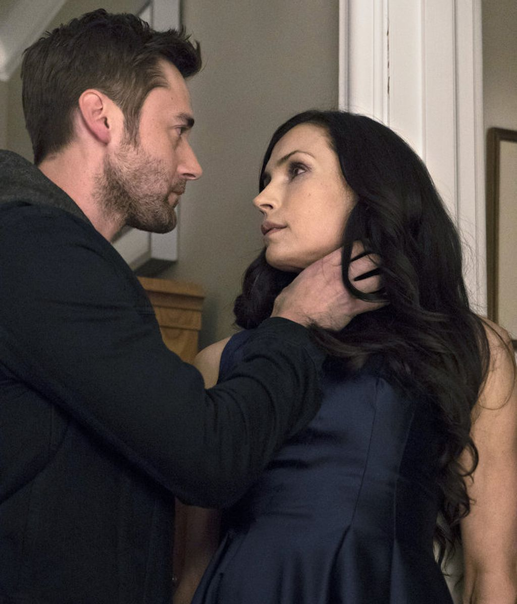 Ryan Eggold y Famke Janssen son Tom Keen y su madre, Susan Scottie Hargrave, en 'The blacklist: Redemption'