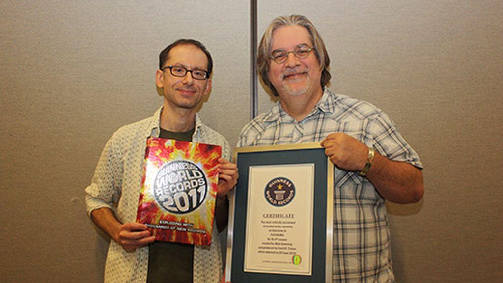 Por qué son amarillos y otras 29 curiosidades sobre 'Los Simpson' - Tiene su récord Guinness (Matt Groening recogiendo el premio)