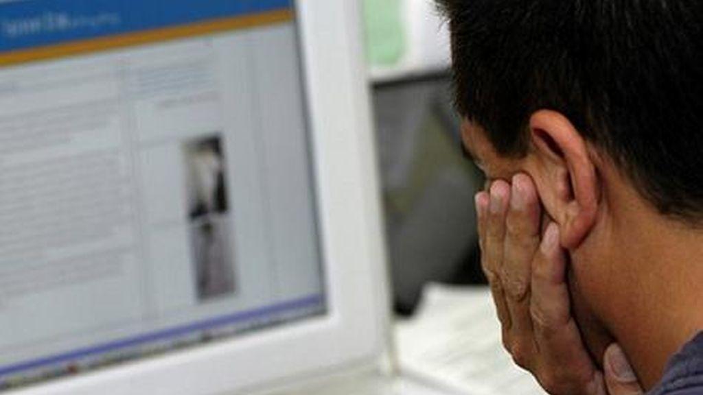 Hombre mirando un ordenador