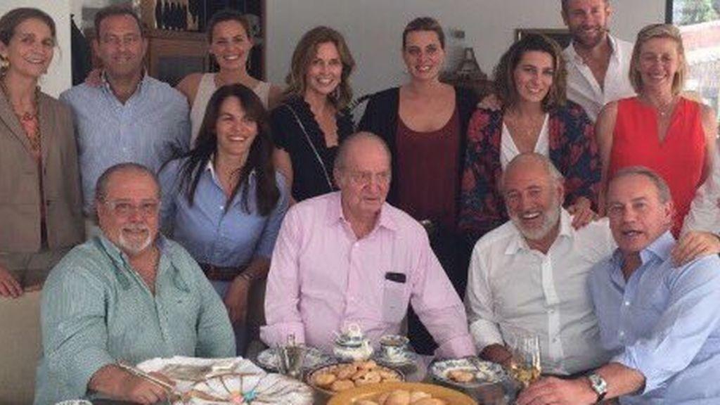 Don Juan Carlos, la infanta Elena, Bertín Osborne y sus hijas acuden a la paellada de Arévalo