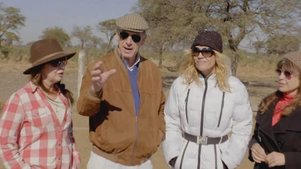 Las candidatas imitan a las vacas de don Luis en 'Granjero busca esposa'