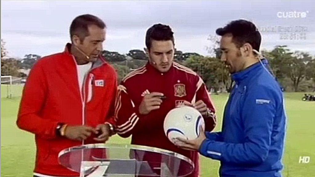 Koke, el primer jugador de la Selección Española en firmar el Balón Solidario