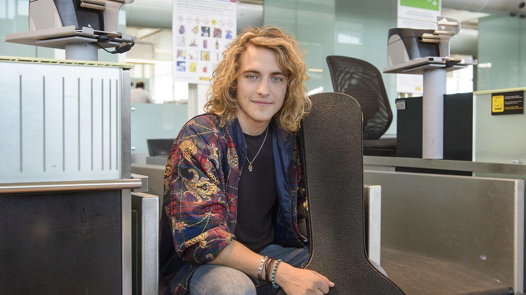 Manel Navarro, representante de TVE en Eurovisión, en el aeropuerto