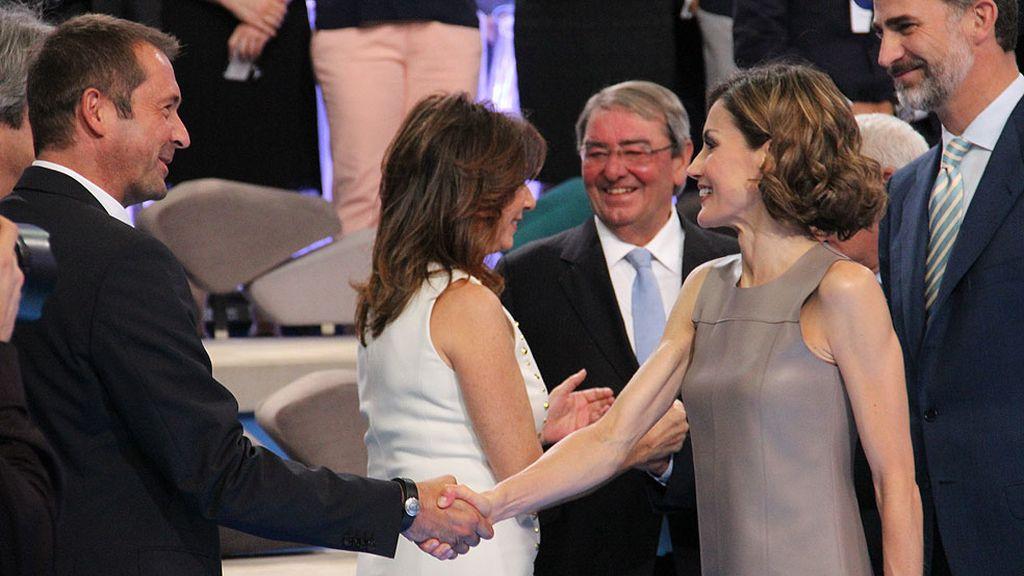 Don Felipe y doña Letizia han saludado a los presentadores y trabajadores de la casa