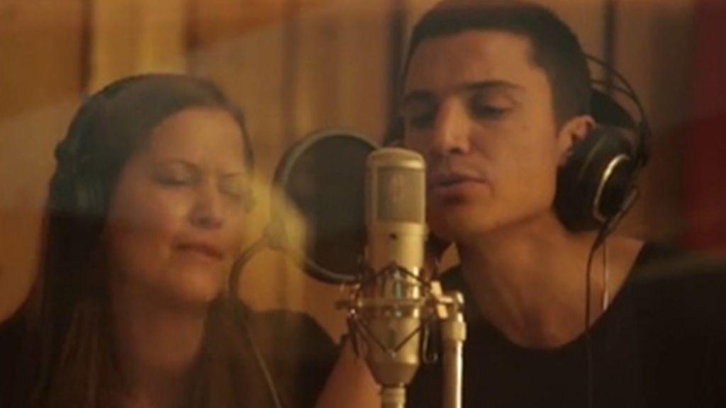 Álex González canta 'En tus manos' para Médicos sin Fronteras