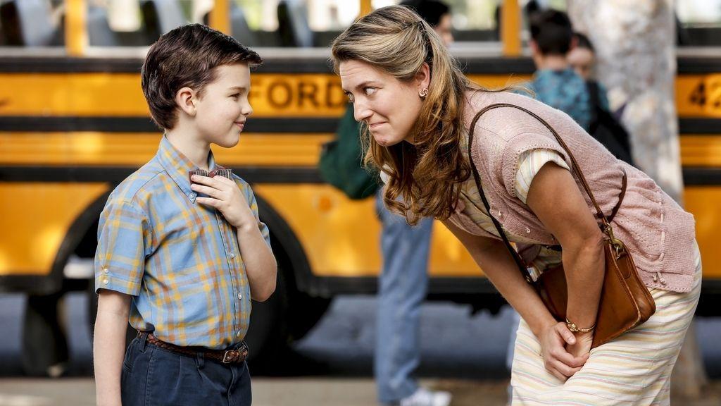 Ian Armitage es 'El joven Sheldon' y Zoe Perry es su madre, Mary