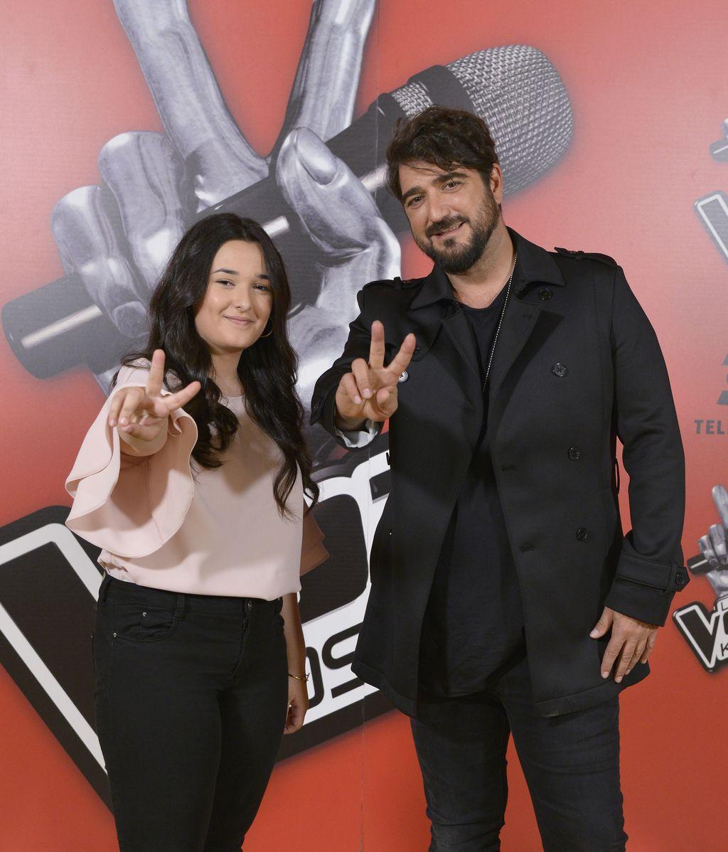 Antonio Orozco con Rocío Aguilar, ganadora de 'La voz kids 3'