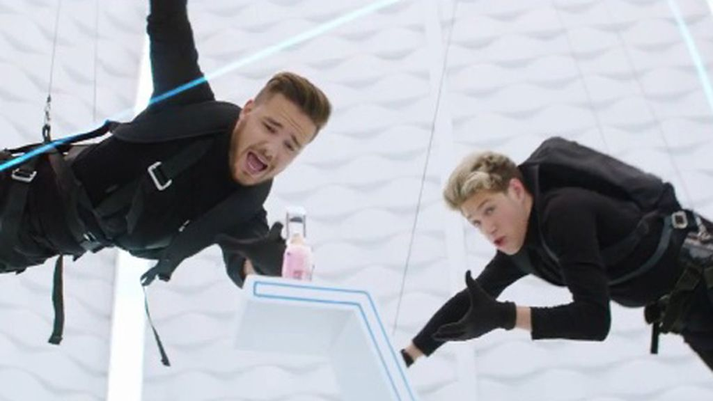 One Direction 'roba' su fragancia al estilo de Tom Cruise en 'Misión imposible'