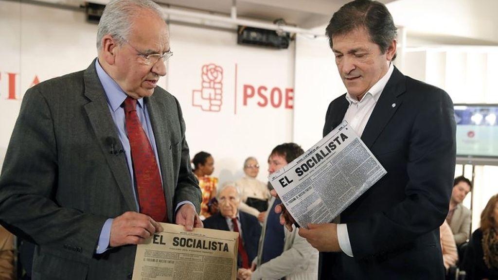 javier Fernández y Alfonso Guerra en la sede de PSOE