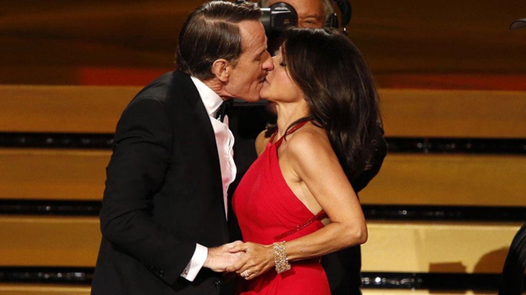Bryan Cranston 'asalta' a Julia Louis-Dreyfus en la gala de los Emmy