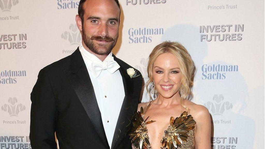 Kylie Minogue con Joshua Sasse