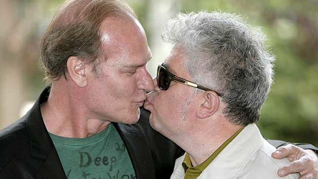 El actor Lluís Homar con el director de cine Pedro Almodóvar, durante la presentación de la película 'Los abrazos rotos', en 2009