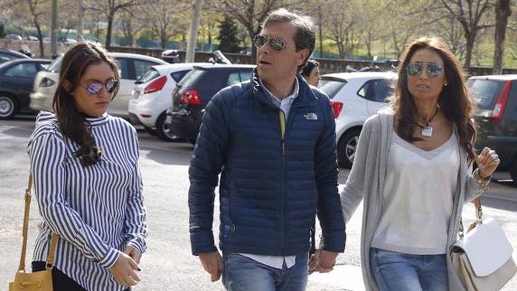 Paco González, su mujer y su hija