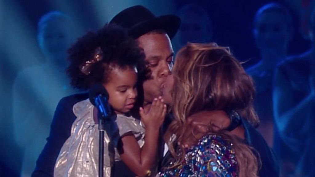 Beyoncé y Jay Z acallan los rumores con un beso en los MTV Video Music Awards