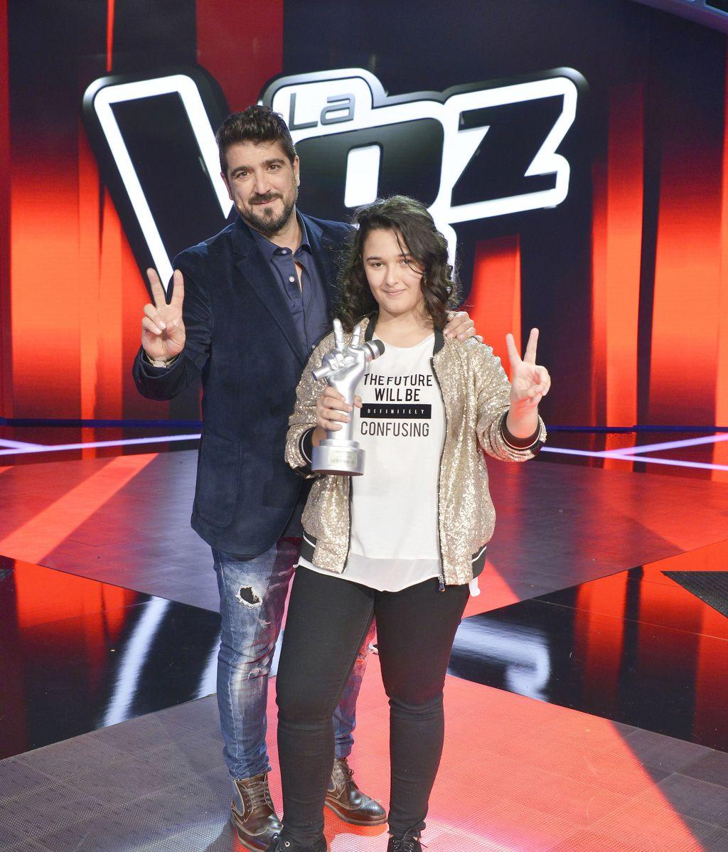 Rocío, ganadora de la tercera edición de 'La voz kids', con su 'coach' Antonio Orozco