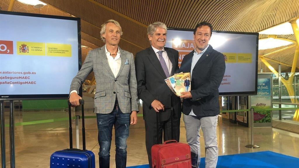 Los presentadores Jesús Calleja y José Antonio Ponseti y el ministro Alfonso Dastis, en la campaña 'Viaja informado, viaja seguro'