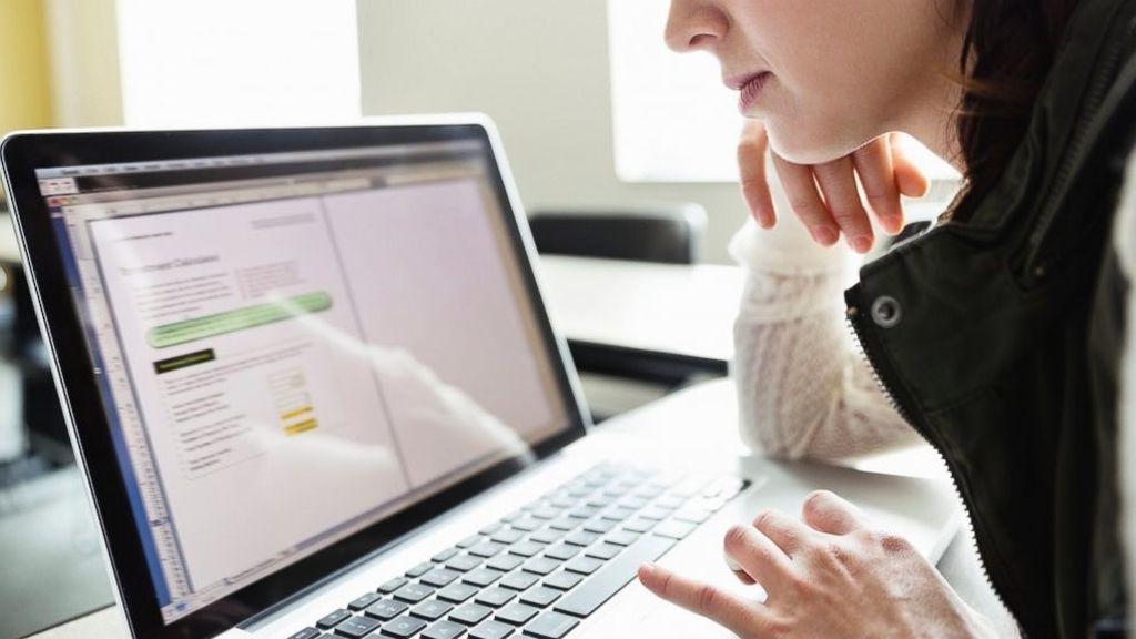 Una persona mirando en internet