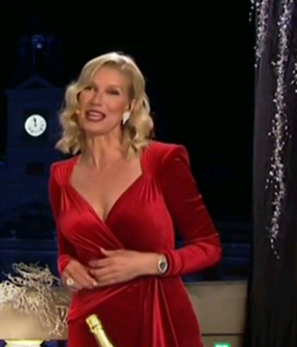 Anne Igartiburu presenta las campanadas de fin de año de 2016 en TVE