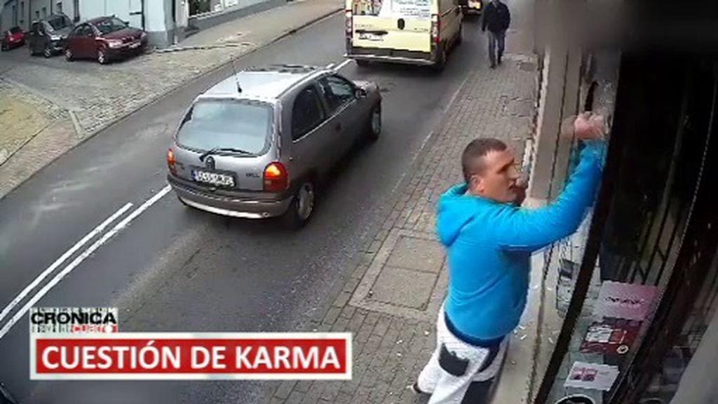 Destroza un escaparate y termina siendo atropellado por un coche, el robo frustrado…