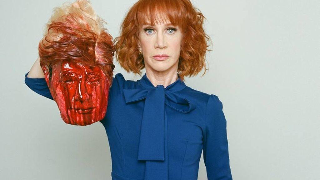 La humorista Kathy Griffin con la cabeza decapitada de Donald Trump