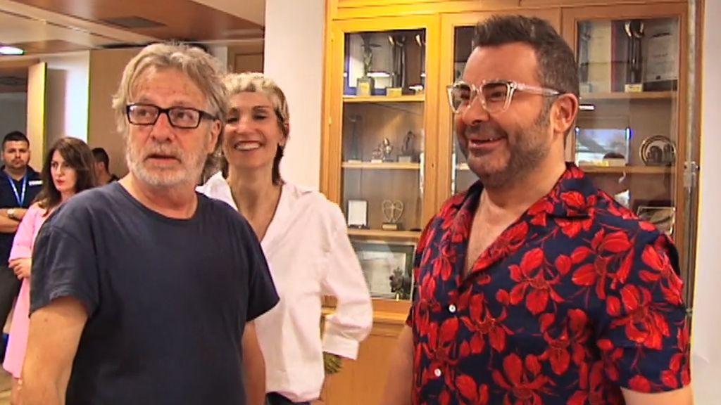 Muchas risas en el posado del equipo de 'Sálvame' para Javier Mariscal