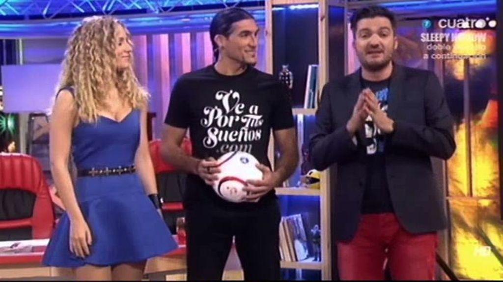 Pinto firma el Balón Solidario de Los Manolos durante su visita a 'Todo va bien', implicándose en la campaña de 12 meses