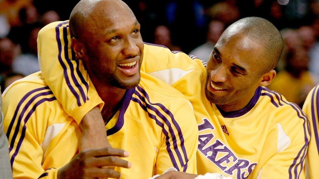 Lamar Odom en el banquillo de un partido de la NBA de los Lakers