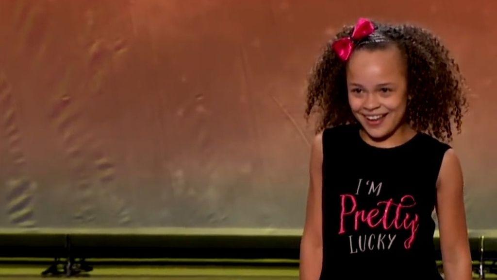 Una pequeña concursante vomita sobre Paula Abdul en un 'talent show'