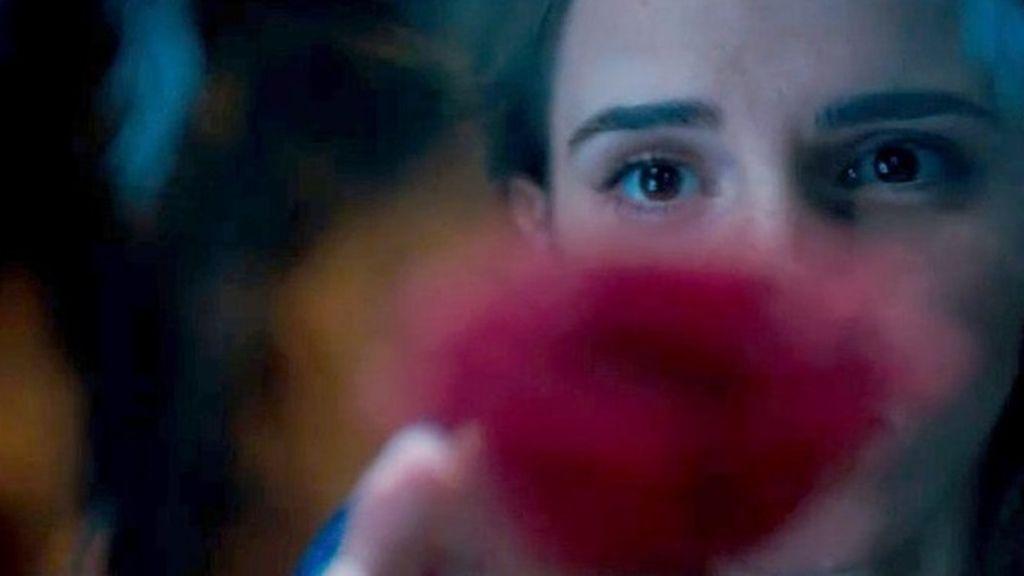 Emma Watson toca la rosa encantada en 'La Bella y la Bestia'