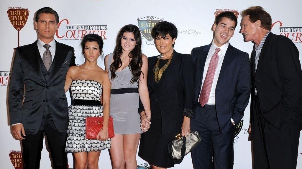 Scott Disick posando con las Kardashian
