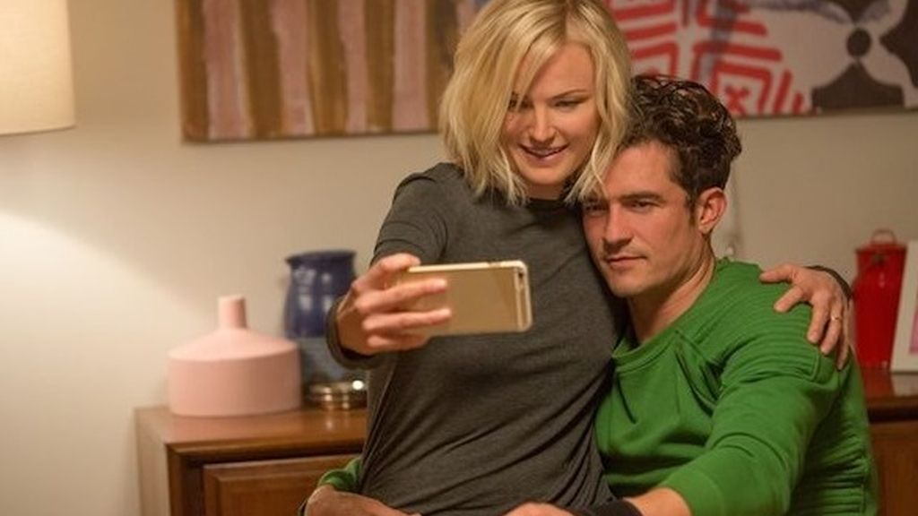 Orlando Bloom usa Tinder para montarse un trío en 'Easy'