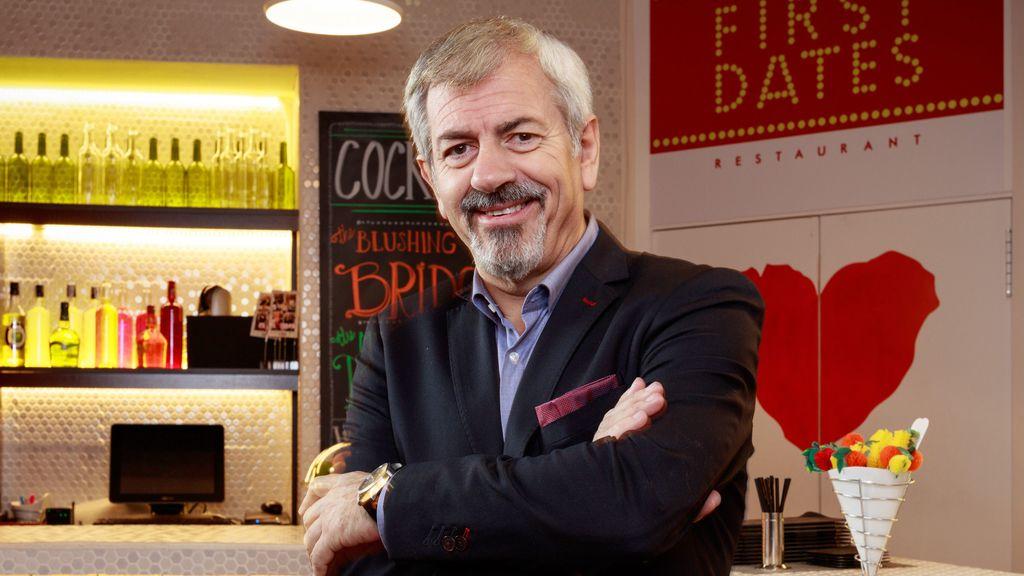 Carlos Sobera es el 'maitre' del restaurante de 'First dates'