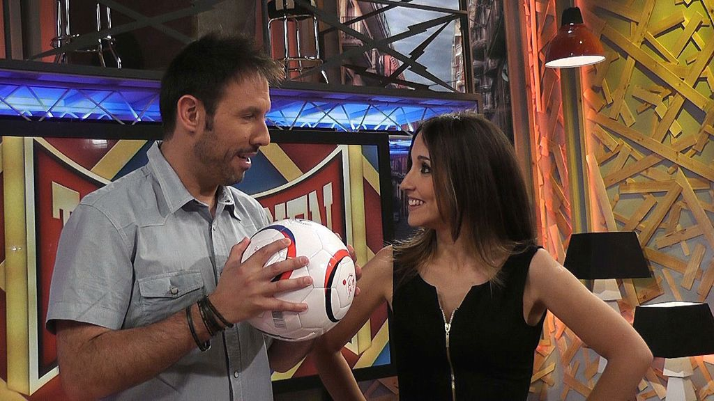 María tiene un objetivo: explicarle a Iñaki para qué sirve el Balón Solidario