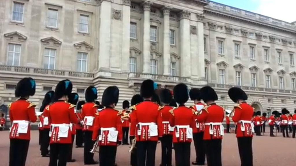 El cambio de guardia en Buckingham, a ritmo de 'Juego de tronos'