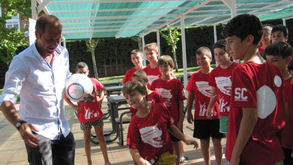 Manu Carreño visita el Campus de Deportes Cuatro con el Balón Solidario bajo el brazo