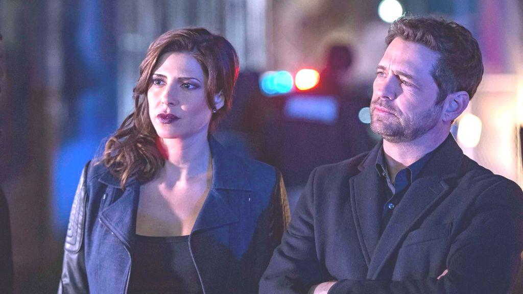 Jason Priestley y Cindy Sampson en 'Private eyes' Fox Life