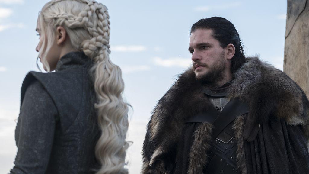 Daenerys Targaryen (Emilia Clarke) y Jon Snow (Kit Harington) se reúnen en la serie de HBO 'Juego de tronos'