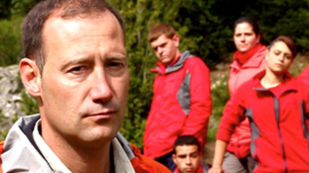 Pedro García Aguado, en primer plano, y algunos de los jóvenes participantes, al fondo.