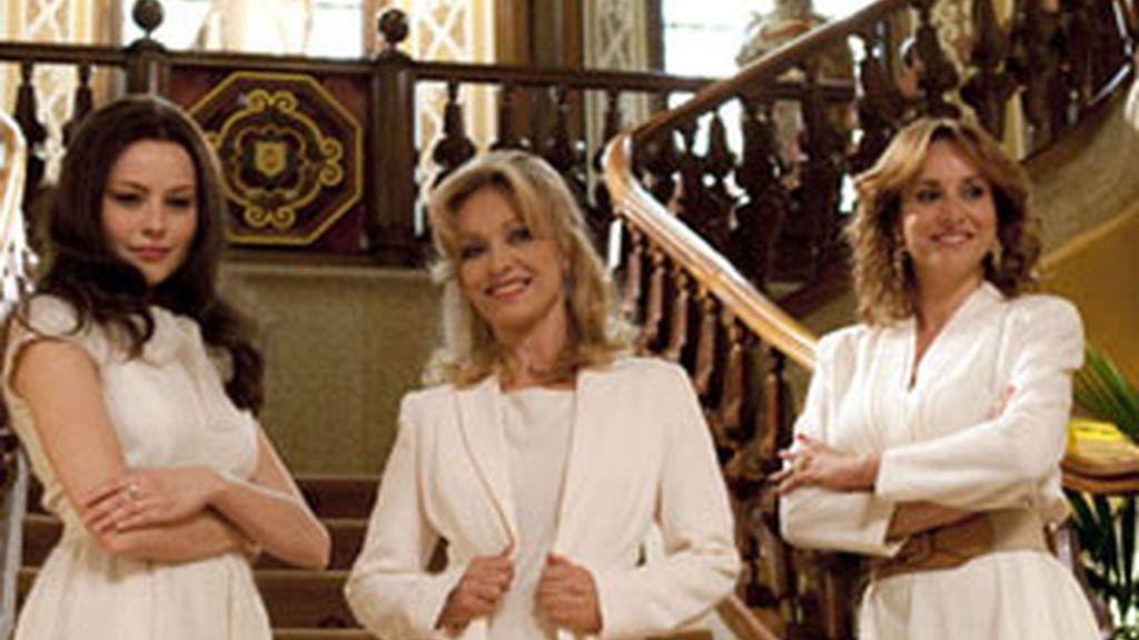 De izquierda a derecha, Esmeralda Moya, Silvia Tortosa y Mar Regueras, las actrices que interpretan a 'La baronesa'.