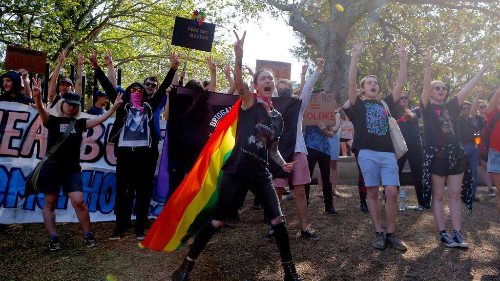 Manifestantes a favor del matrimonio con personas del mismo sexo protestan contra los antimanifestantes en un parque de Sydney