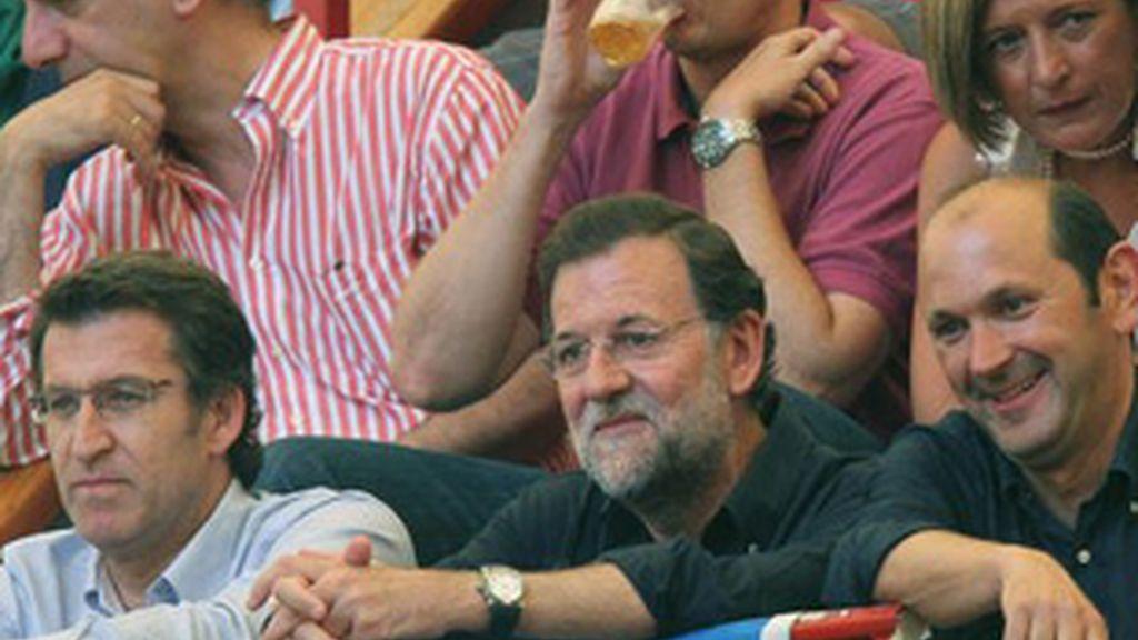 Mariano Rajoy, en el centro, en una corrida de toros.