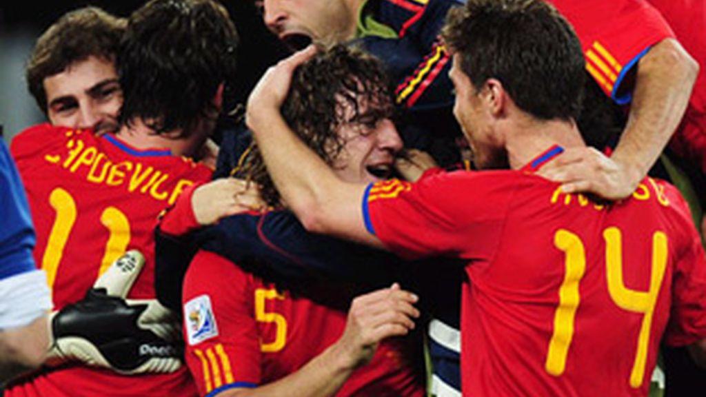 Los jugadores de la selección celebran el gol de Puyol (en el centro).