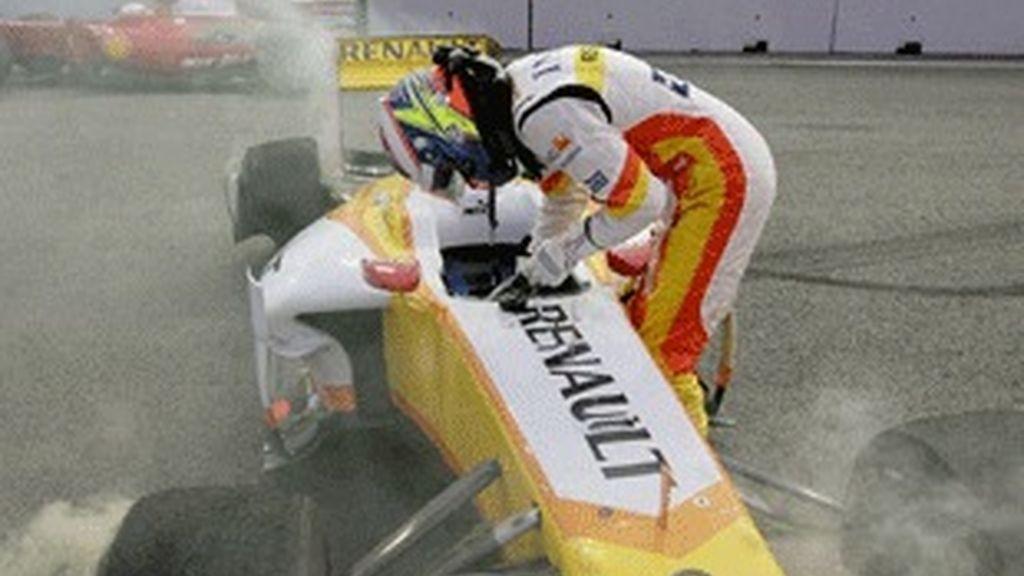 Grosjean, de Renault, tras sufrir un accidente en la misma curva que Piquet en 2008, en la primera sesión de entrenamientos libres de Singapur.