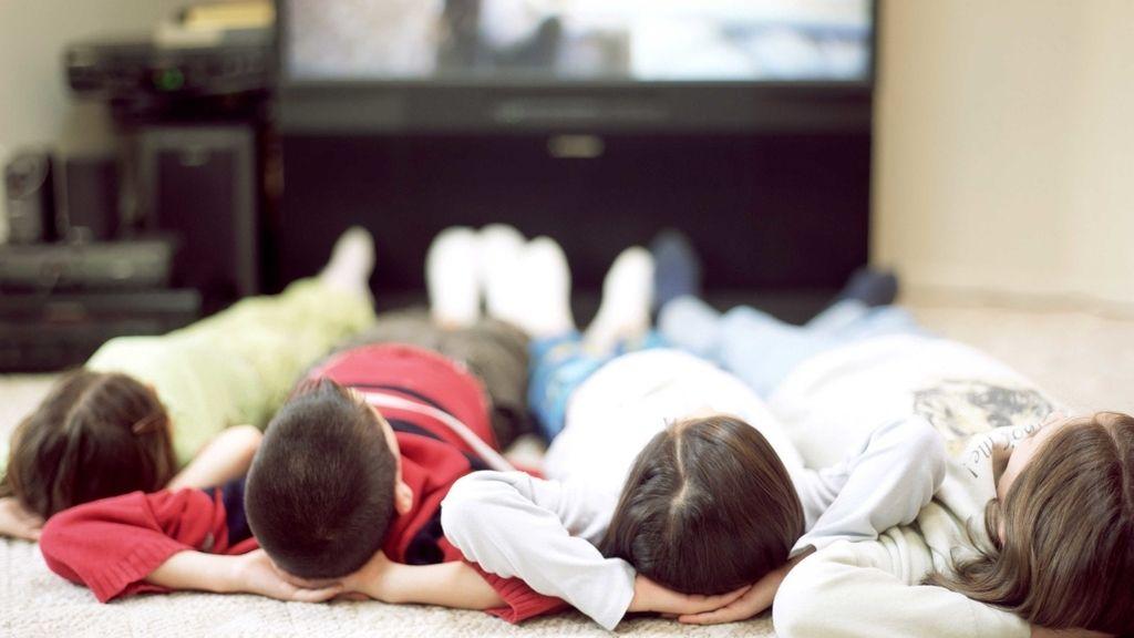 Niños frente a la tele
