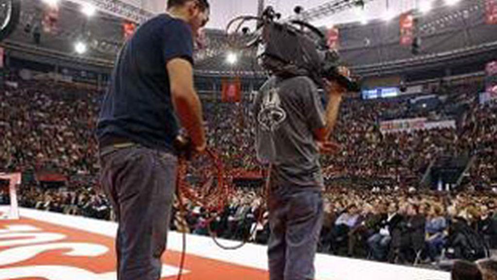 Cámaras de televisión durante un mitin del PSOE.