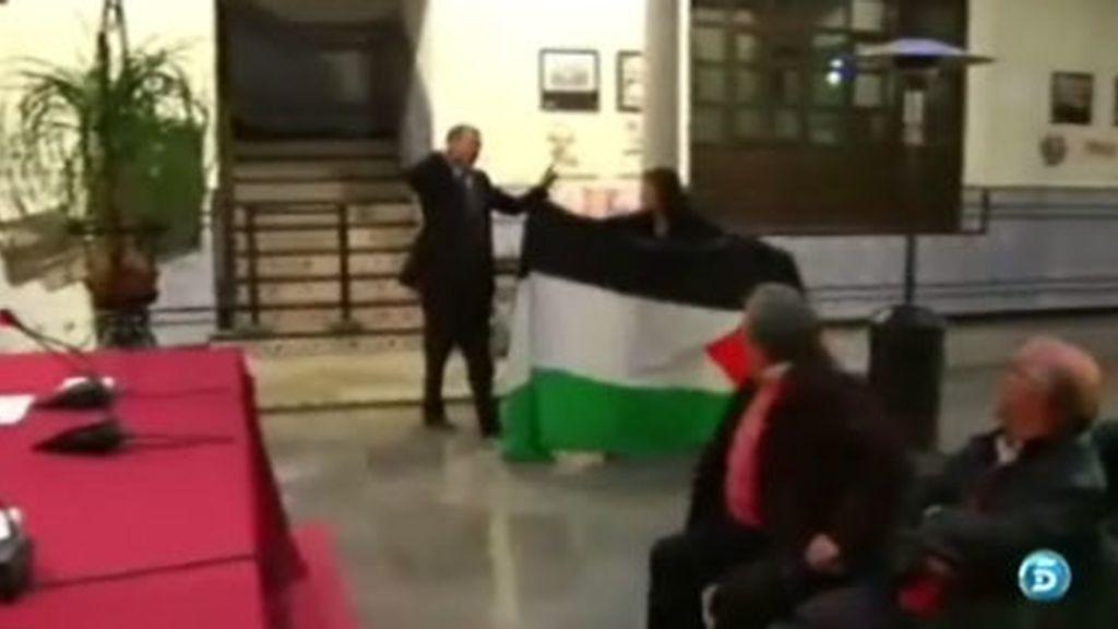 Un periodista, a correazos con una activista palestina