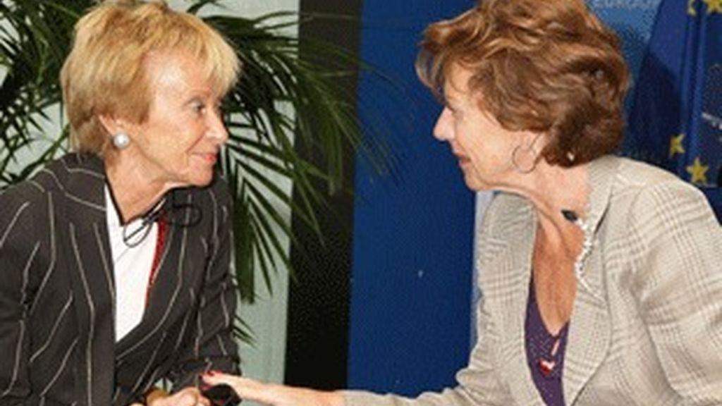 María Teresa Fernández de la Vega (izquierda) y la comisaria europea Neelie Kroes, reunidas en Estrasburgo.