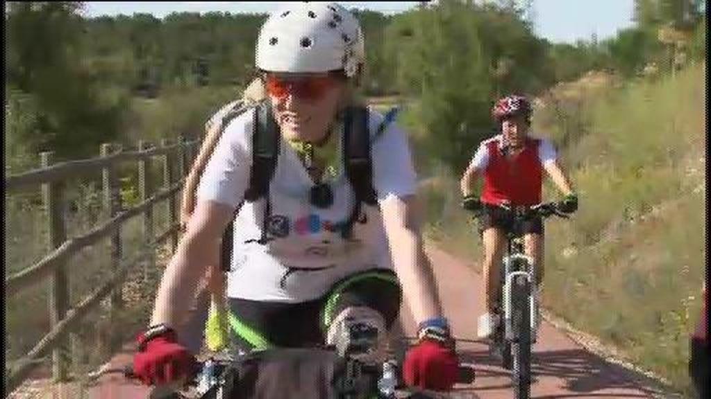 Descubrimos la Vía Verde del Tajuña con Mercedes Milá sobre su bicicleta