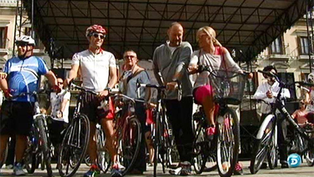 La campaña 'Sobre ruedas' pasea en bici por las calles de Vitoria